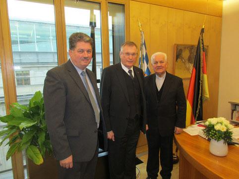 Bundestagsvizepräsident Johannes Singhammer mit Winfried Gburek und Bischof Franjo Komarica.