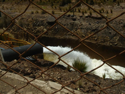 Vertido de agua neutralizada de una mina de Perú. Imagen: Nigel Wylie