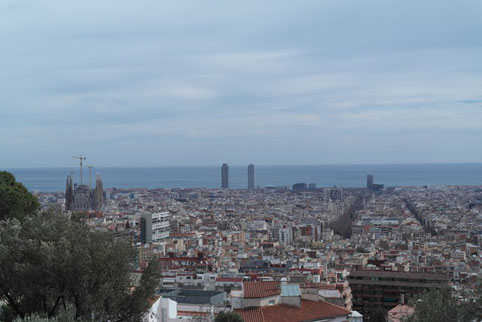 Ausblick auf Barcelona vom Park Güell - links im Bild die Sagrada Familia.