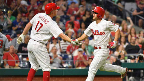 Nella foto i Phillies Scott Kingery a destra, e Rhys Hoskins. (Foto Eric Hartline/USA TODAY Sports)