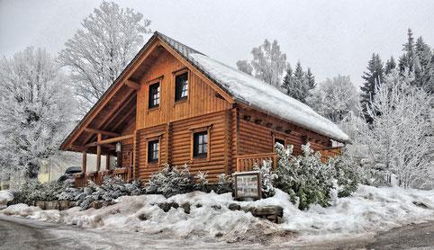 Ein Blockhaus im Winter, aufgenommen im Februar 2017 .