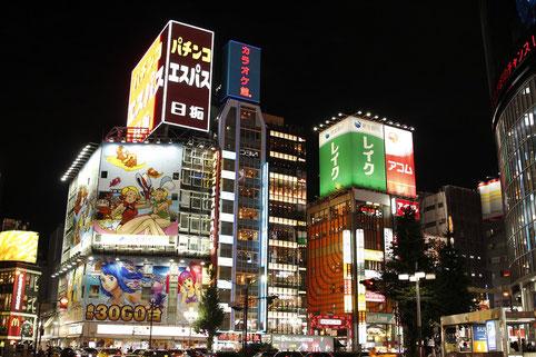 Neonreklame in Shinjuku, Tokio bei Nacht
