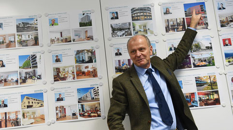 Hannes Wittwer zeigt am Hauptsitz in Muri auf einen seiner 22 Betriebe, auf das Pflegezentrum Lindenbaum in Spreitenbach.