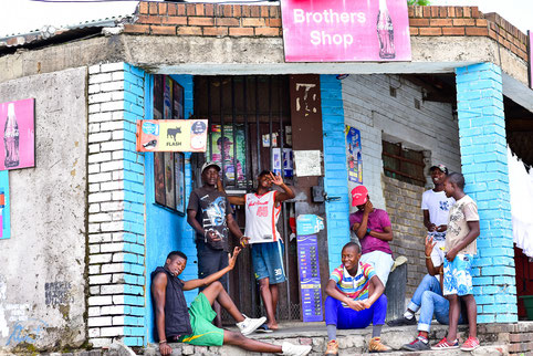 Menschenansammlungen bei den vielen kleinen Shops