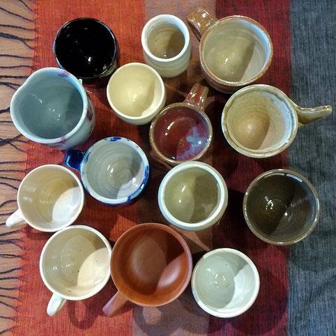 厚さも高さも大きさもさまざまなマグカップや湯呑み。綾の作家たちの作品です。