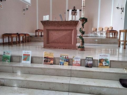 Foto mit vielen unterschiedlichen Bibeln auf den Altarstufen
