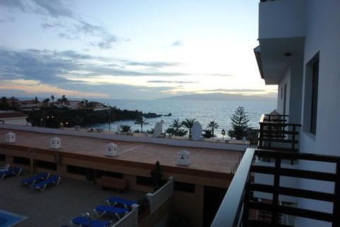 Blick auf das Meer beim Sonnenuntergang.
