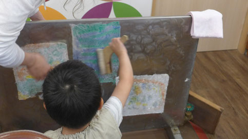 専用の乾燥機に和紙を貼って乾燥させます。ハケでシワを伸ばすと仕上がりがきれいになります。