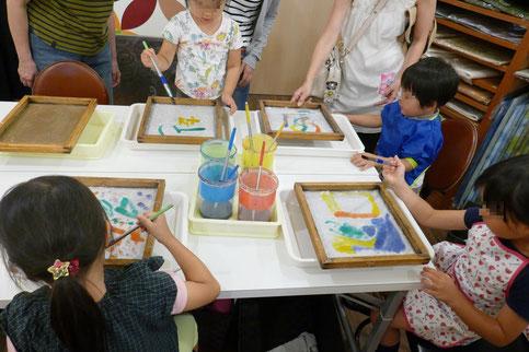 幼稚園児クラスで、紙漉き体験を行い、初めての和紙づくりに挑戦しました。