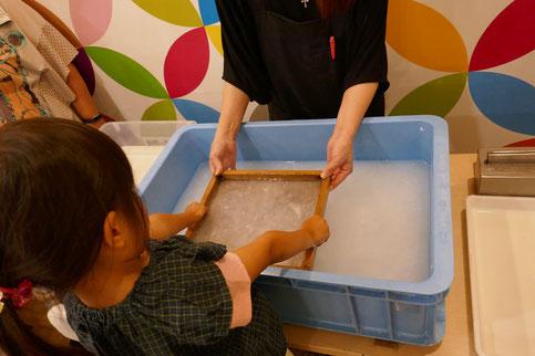 水に溶けた原料を専用の道具を使って、自分の手で漉きます。