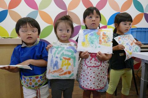 出来上がった和紙を持って記念撮影。みんな、とてもうれしそうです。