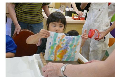 染料の水分の吸引器で取って、道具から和紙をはがします。
