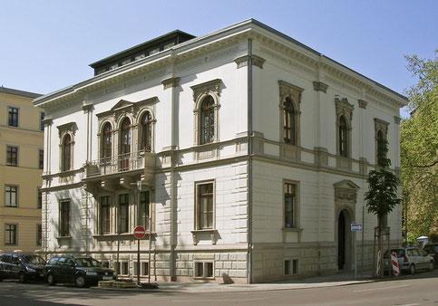 Die denkmalgerechte Instandsetzung der Villa Gustav-Adolf-Straße 19 plante das Architekturbürio Bernd Sikora im Auftrag von J & Z aus Neuss. Vor dem Baubeginn wurde das Gebäude verkauft und von Dritten saniert.