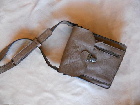 Sacoche en cuir de buffle, avec deux poches plus une avec un fermeture éclair. bandoulière réglable, format A5.  130 euros.