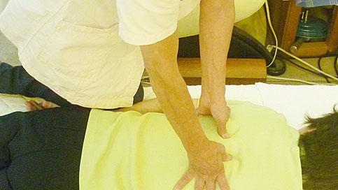 脊椎の矯正:最後の仕上げに適度な脊椎刺激をし自律神経の調整します。千葉県鎌ヶ谷市の八光流「皇法指圧」・アーク光線療法の整体院 自然医学療法センター橋本です。