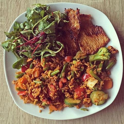 Protein Eiweiß Putensteak Reispfanne Salat Bohnen Brokkolie Zucchini Rezept Hauptspeise