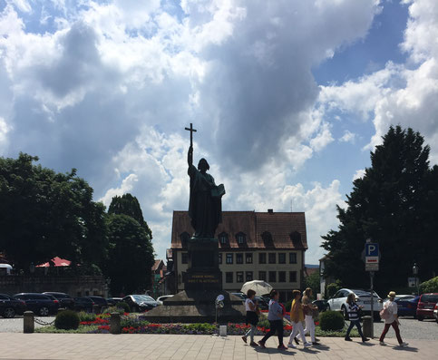 Der Heilige Bonifatius mit Korffscher Uhr im Vordergrund