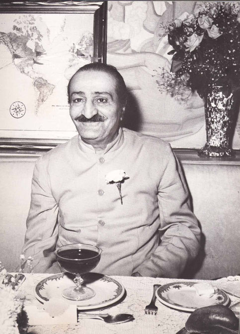 1956 ; Meher Baba at the reception for him at the Longchamps Restaurant, New York.