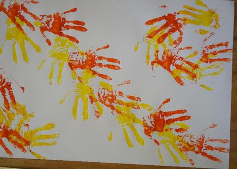 Bild einer Patientin in der Erkenntnis, dass viele helfende Hände da sind.
