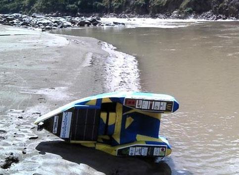 Flotteur d'expédition sur mesure ...utilisé par Rémi Camus pour effectuer 4 400 Kms sur le Mékong en 6 mois environ. (4 caissons de stockage étanchéïfiés et 1 support de panneau solaire)