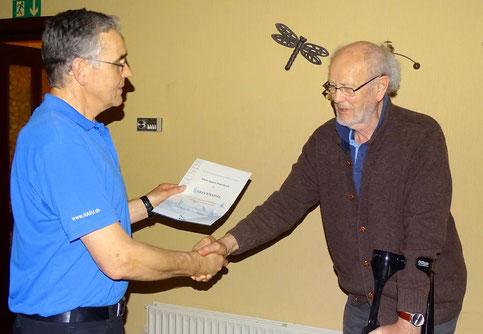 Ortsgruppenvorsitzender Otto Bies (li) zeichnet das langjährige Mitglied  Klaus Eggert Peperkorn mit einer Urkunde aus.