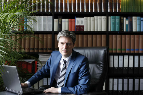 Rechtsanwalt Schiller bei der Arbeit in seiner Bibliothek