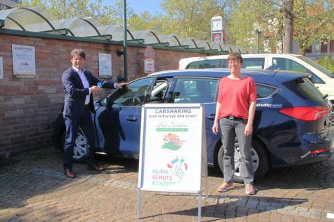 Auf dem Parkplatz beim Bahnhof sind die Fahrzeuge stationiert, die Bürgermeister Christoph Glogger und stadtmobil-Vorstand Miriam Caroli dieser Tage vorstellten. Foto: Stadt Bad Dürkheim