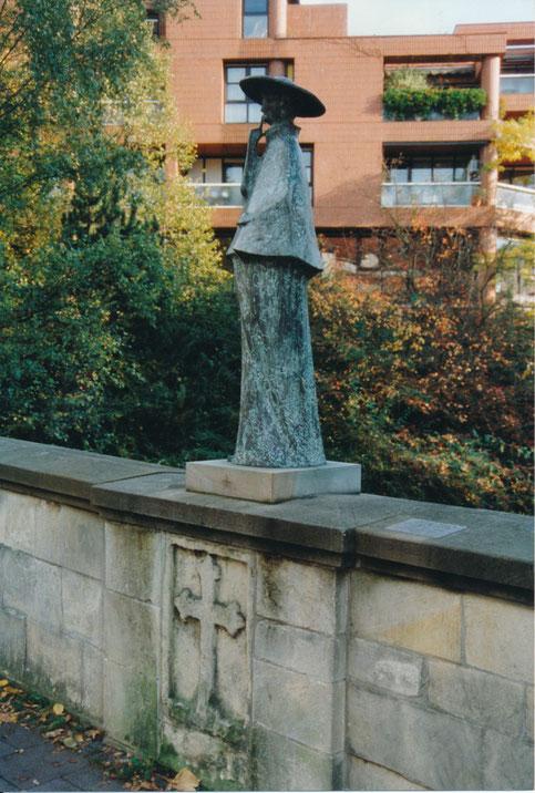 Der Hl. Nepomuk von 1993 und das Mordkreuz - im Hintergrund der Aegidiimarkt - Aufnahme um 1995