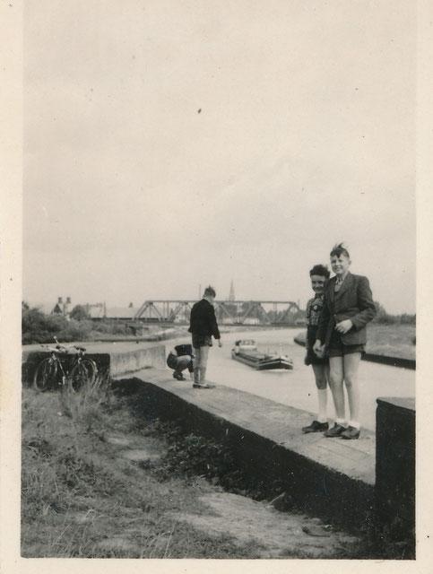 Mein älterer Bruder und ich am Kanal