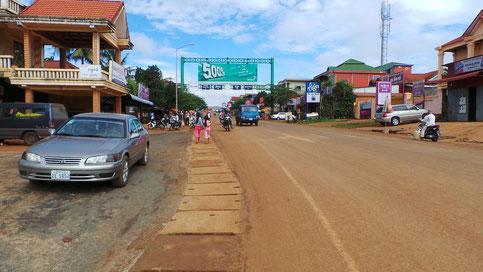 Hauptstrasse zum Kreisel hinauf