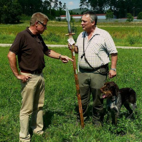 Schirmherr und Stellvertretender Forstbetriebsleiter Klaus Bichelmaier; Josef Schmid mit Franka vom Grafenwald