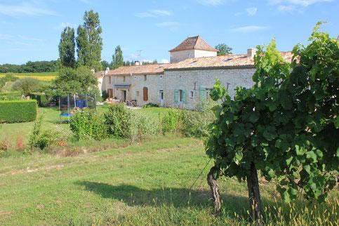 grande maison en pierre blanche de Dordogne