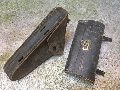 Deformierte Werkzeugtaschen aus Leder mit kaputten Nähten und diversen Verschmutzungen und abgestoßenen Kanten