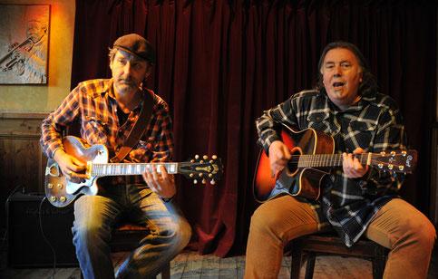 Zwei Blues-Legenden in der HOFKNEIPE: Jan Mohr und Paul Botter.