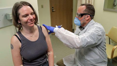 Jennifer Haller reçoit la première administration d'un vaccin à ARNm, fabriqué par la firme de biotechnologie Moderna, contre le coronavirus pandémique. PHOTO AP / TED S. WARREN