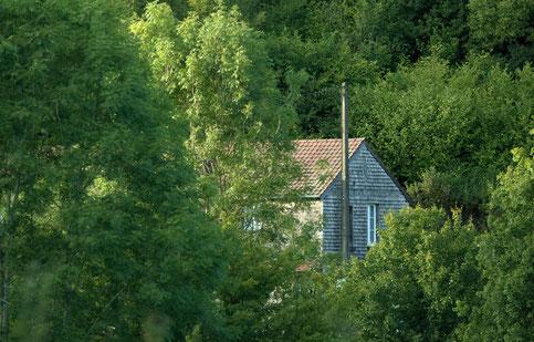 Cabane, illustration Nicolas Blanchard. Si la maison de Louis Fabulet existe toujours au Genetey, aucune photographie ne la représente ici pour conserver la tranquillité de ses occupants actuels.