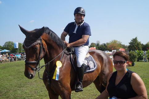 Cindy Pasewand gratuliert Andreas Bäse zum Gewinn einer Springpferde-L-Prüfung. Foto: Alpha-Report