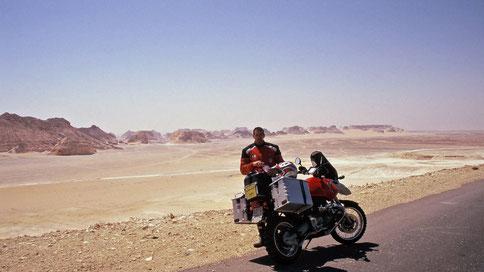 Con Louise lV nel deserto bianco in Egitto nel 2000