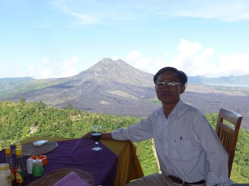 Ăn trưa tại một nhà hàng ở Kintamani, Phong cảnh nhìn ra núi lửa Batur, Bali, Indonesia. 11/2011