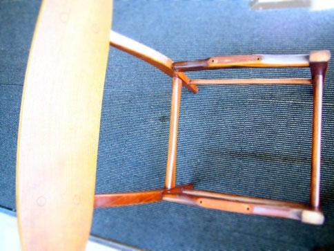 この椅子の座面に牛革を張るところを見せてもらっちゃいました。まず骨組みがシンプルですてきな椅子です。