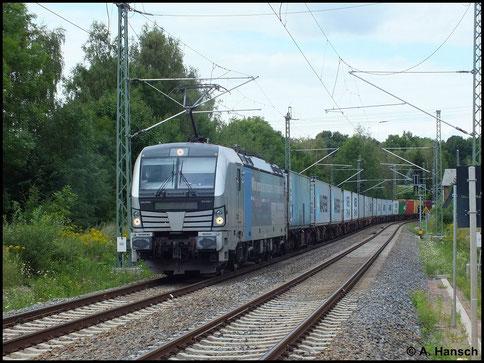 Containerzüge kann man in Chemnitz nur aufgrund von Umleiterverkehr sehen. Am 9. August 2014 war dies der Fall, als 193 806-7 den ehemaligen Abzweig Furth kurz vor Chemnitz Hbf. passiert