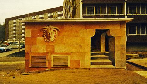 """Trafohaus-Bemalung """"Gänge ins Dunkle"""" 2 (südliche Giebelseite) - Leipzig Grünau (1982 - 1995)"""