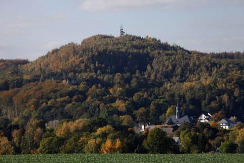 Im Thal die Stadt Oelsnitz/Erzgeb. auf dem Berg der Aussichtsturm
