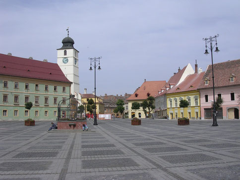 Großer Ring in der Altstadt mit einer charakteristischen Farbgebung und Gebäuden aus mehreren Jahrhunderten
