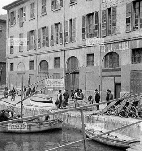 VERS 1903, QUAI DU CANAL DE LA DOUANE  A GAUCHE L'IMMEUBLE où SE TROUVE ACTUELLEMENT LA M.A.M.A. C* Léon GAZE. COLLECTION BMB/Nomades.net,