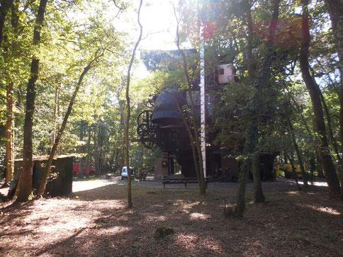 """Construction hétéroclite et impressionnante de métal parmi les arbres """"le cyclope"""""""