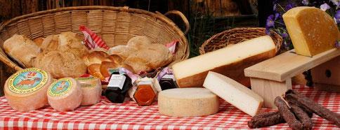 Brot, Käse, Konfitüre, Wurst und Trockenfleisch
