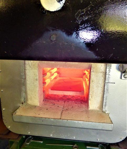 Härteprozess der Maultrommelzungen im Muffelofen bei Temperaturen bis ca. 1000°C - Einer der wichtigsten Arbeitsschritte um die Maultrommel zum klingen zu bringen