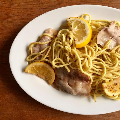 レモン焼きそば♪ こいつをたまに食べたくなるんですよね~♡ 決してレモンをムダに使っているんじゃありません‼ では作り方、、ニンニクのみじん切りで豚バラを炒める、頃合い見て千﨑製麺(特定)を投入、麺に酒をかけてほぐし炒める、レモン1/2投入、ミックスハーブ適量、塩コショー適量、鶏ガラスープ(粉末)適量、、雰囲気見て出来上がり♪ *マルちゃんの麺では感じ出ません! 千﨑製麺が手に入らない方は太目の玉子麺をお使い下さい。 *レモンは食べません!