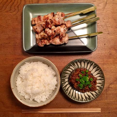 焼き鳥(塩)、米ナスの肉みそがけ、白飯。